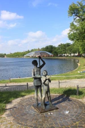 Kids under an umbrella, statue - fountain in Schwerin